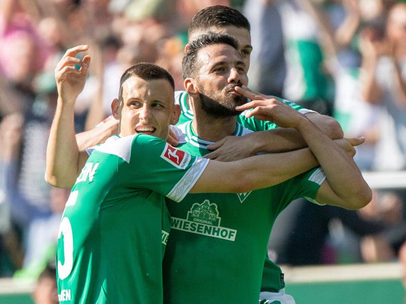 Pizarro verteilt nach dem 2:1-Siegtor gegen Leipzig Küsschen.