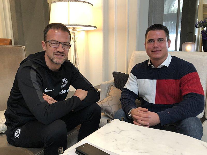 Frankfurts Sportvorstand Fredi Bobic und kicker-Reporter Julian Franzke