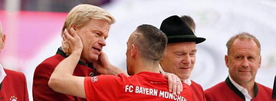 Herzensmensch: Oliver Kahn umarmt den scheidenden Bayern-Star Franck Ribery.