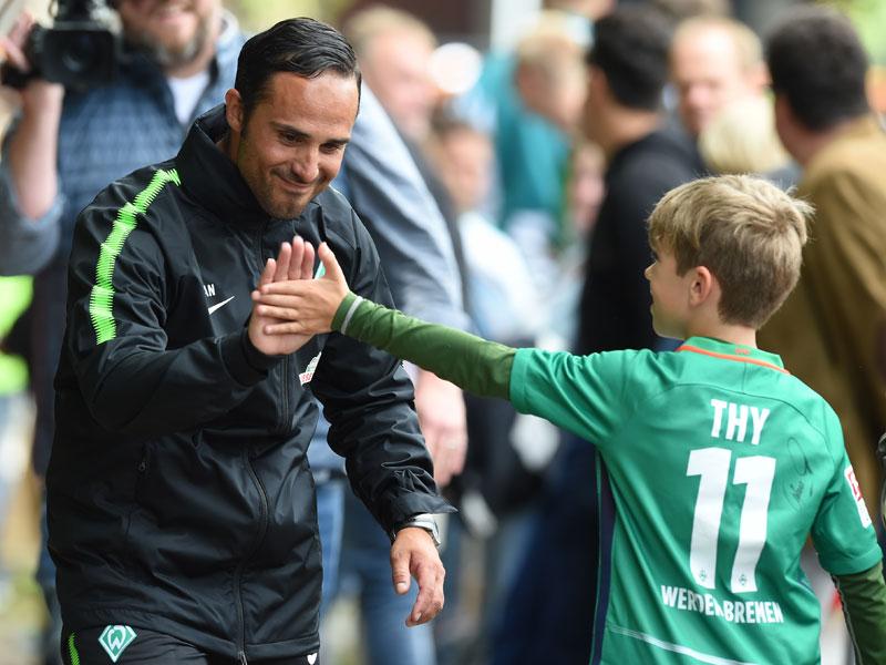 Abklatschen zum Auftakt: Auch Werder steigt wieder ein