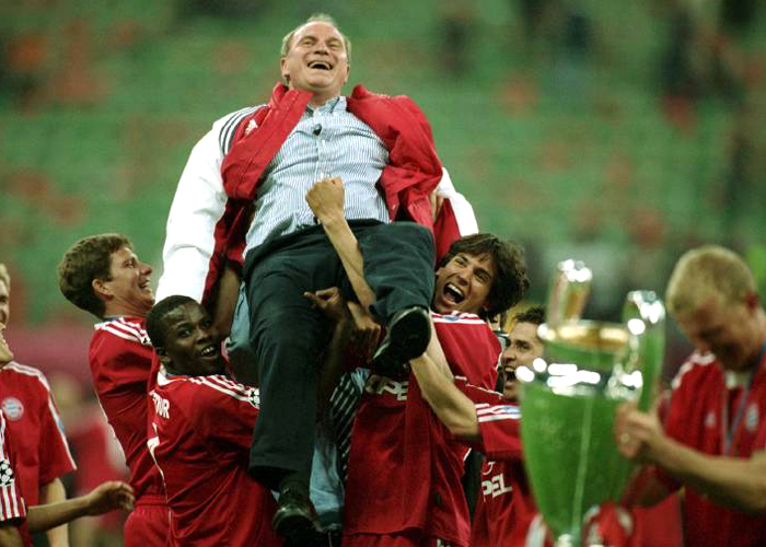 Die Bayern-Spieler feiern den Champions-League-Gewinn 2001 und lassen ihren Manager hochleben. Es ist die sportliche Krönung von Hoeneß' Schaffen beim FCB, der 25 Jahre auf den Coup hat warten müssen.