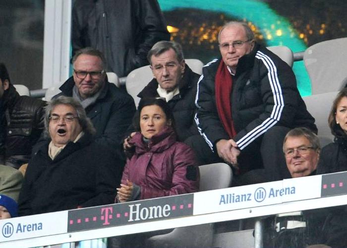 Uli Hoeneß nahm als Manager des FC Bayern (fast) immer auf der Trainerbank Platz. Seit seinem Wechsel ins Amt des Präsidenten findet man ihn nicht nur auf der Tribüne, sondern auch mit neuer Anorak-Farbe.