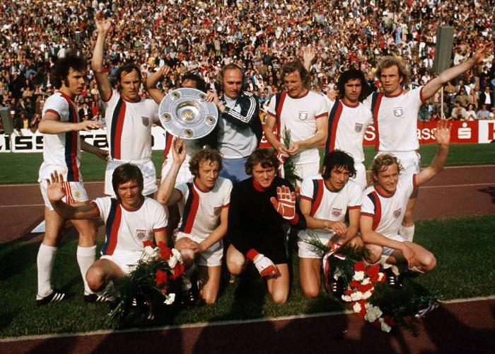 Uli Hoeneß (obere Reihe rechts) nach dem Gewinn der Meisterschaft 1973 als Mitglied der legendären Mannschaft mit Maier, Müller, Beckenbauer, Roth, Schwarzenbeck und Co.