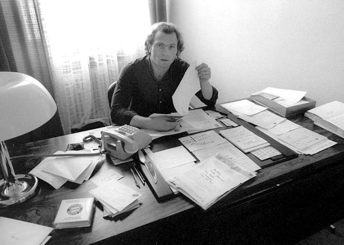 Uli Hoeneß 1979 in seinem Büro. Als der Manager seine Arbeit begann, hatte der FC Bayern nach Aussagen Hoeneß' einen Umsatz von zwölf Millionen Mark und dazu sieben Millionen Mark Schulden.