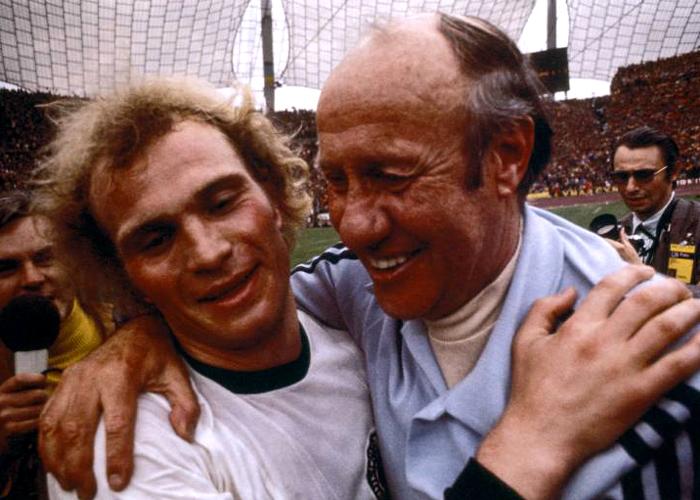 Uli Hoeneß nach dem WM-Triumph 1974 mit Bundestrainer Helmut Schön.