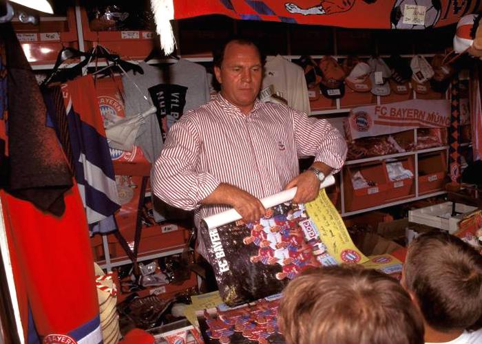 Uli Hoeneß ließ sich schon in den 70ern vom professionellen Merchandising in den USA inspirieren und führte das zu diesem Zeitpunkt in Deutschland noch weitgehend unbekannte Wesen auch hierzulande ein. Mit großem Erfolg.