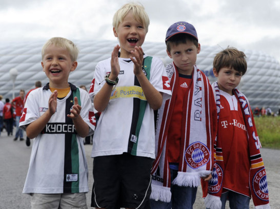 Kinder vor der Allianz-Arena