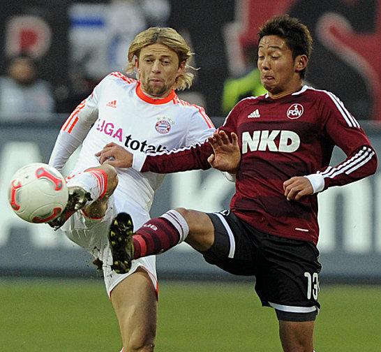 Anatoliy Timoshchuk (li., FC Bayern München) gegen Hiroshi Kiyotake (1. FC Nürnberg)