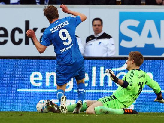 Sven Schipplock gegen Lars Unnerstall (re.)