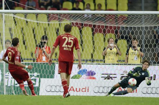 Der FC Bayern hat seinen strapazi�sen China-Trip mit einem verhei�ungsvollen Prestigeerfolg gegen den VfL Wolfsburg abgeschlossen. Mario Mandzukic erzielte per Elfmeter die F�hrung f�r die Bayern
