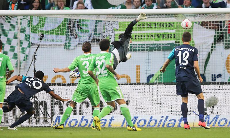 Der Mainzer Junior Diaz (li.) erzielt per Kopf über Wolfsburgs Torhüter Benaglio hinweg die FSV-Führung und sein erstes Bundesligator.