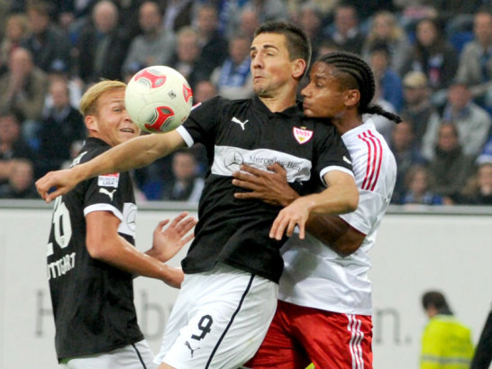 Vedad Ibisevic gegen Michael Mancienne (re.)