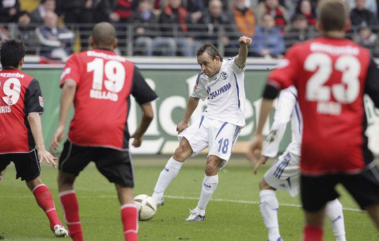 Vorfreude: Gegen keinen Klub gewann Bayerns Rafinha (hier noch im Trikot von Schalke 04) mehr BL-Spiele als gegen Eintracht Frankfurt. In neun Partien ging er achtmal als Sieger vom Platz. Nur einmal (noch im Trikot von Schalke) musste er sich mit einem Remis begnügen.