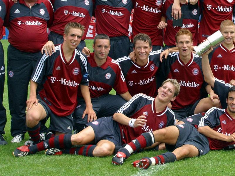 Philipp Lahm und Bastian Schweinsteiger sind Münchner Eigengewächse. Mit den A-Junioren des FC Bayern feierten sie am 7. Juli 2002 die deutsche Meisterschaft. Lahm war damals schon sieben Jahre im Verein, Schweinsteiger vier. Diese Nachwuchs-Elf war ein reicher Pool an zukünftigen Bundesligaspielern - Rensing, Ottl, Lell oder Trochowski jubelten damals mit, doch nur Lahm und Schweinsteiger setzten sich beim FCB durch - und feiern nun Jubiläum.