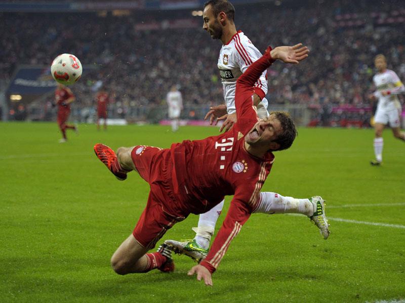 Thomas Müller ist schwer zu fassen. Wie ein Phantom bewegt er sich hinter der vordersten Münchner Spitze und taucht in fast jeder gefährlichen Bayern-Szene auf. Der Schlaks der Heynckes-Elf netzte neunmal ein und legte ebenso viele Tore auf. Was ist Müller? Hängende Spitze? Halbe 10? Verkappte 9? In der Scorer-Rangliste ist er mit der doppelten neun in 16 Partien jedenfalls der beste Scorer der Hinrunde.