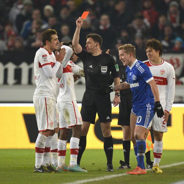 Felix Zwayer zückte in neun Bundesligaspielen dreimal die Rote Karte - damit liegt er in dieser Hinsicht zusammen mit Kollege Felix Brych ganz vorne. Im Duell zwischen dem VfB Stuttgart und Schalke 04 erwischte es gleich zwei Profis in einem Spiel. Erst flog der Stuttgarter Gotoku Sakai, dann der Schalker Jermaine Jones - beide Rote Karten waren in Ordnung.
