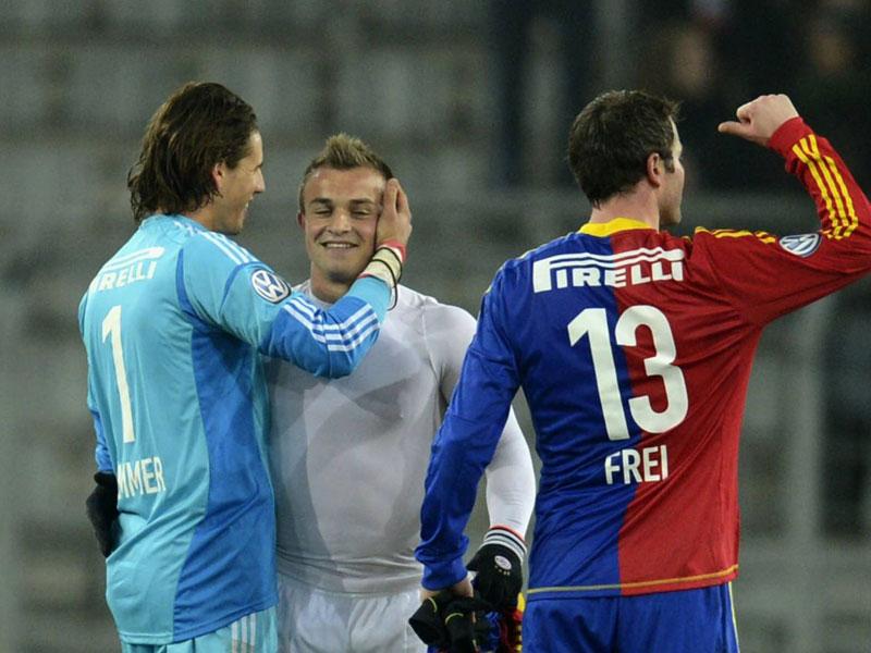 Xherdan Shaqiri kehrte mit den Münchnern nach Basel zurück und wurde von Basels Keeper Yann Sommer freundlich begrüßt.