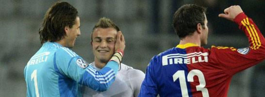 Xherdan Shaqiri kehrte mit den M�nchnern nach Basel zur�ck und wurde von Basels Keeper Yann Sommer freundlich begr��t.