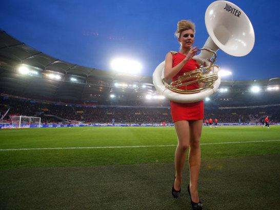 Musikerin im Stuttgarter Stadion.