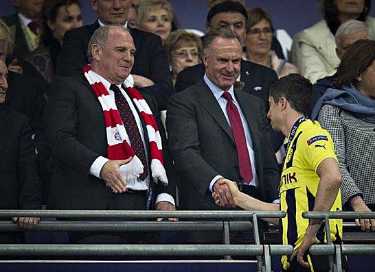 Robert Lewandowski sch�ttelt nach dem verlorenen CL-Finale Karl-Heinz Rummenigge die Hand