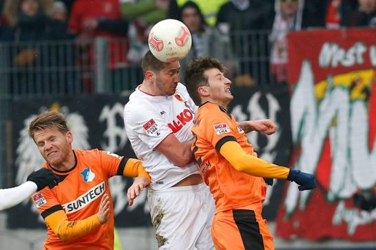 M�lders und Hoffenheims Abraham knallen in der Luft mit den K�pfen zusammen.