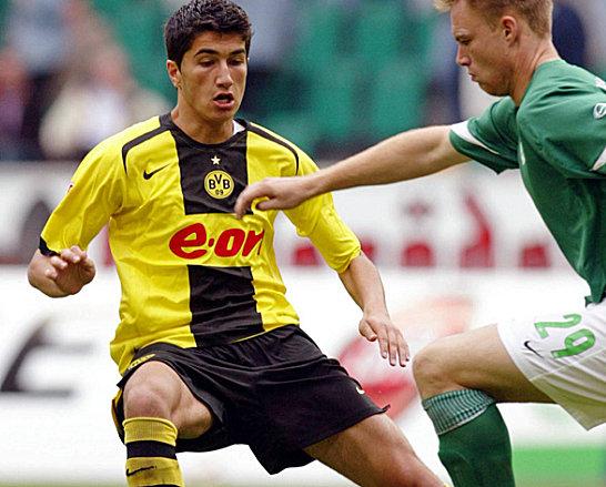 Nuri Sahin (Borussia Dortmund) gegen Kevin Hofland (VfL Wolfsburg)