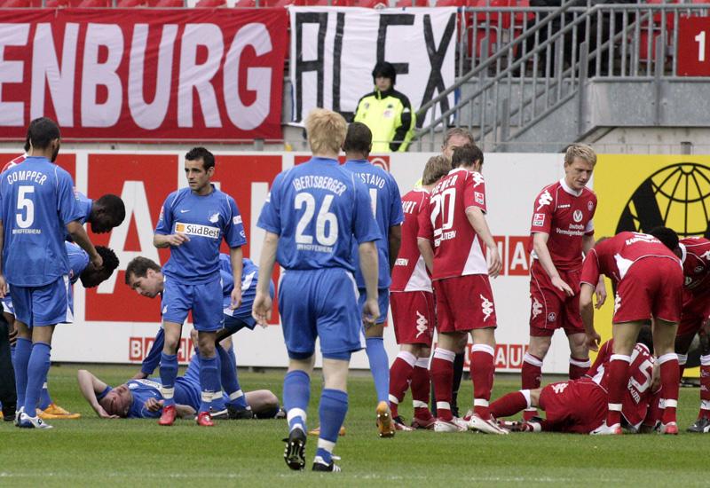 Radek Spilacek (li., Hoffenheim) und Josh Simpson (re., Kaiserslautern) bleiben verletzt liegen