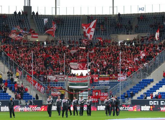 Rund 3000 Fans aus Kaiserslautern haben offiziell Karten bekommen für das 1. Relegationsspiel in Hoffenheim. Der Anhang war schon früh im Stadion, um das Team in Empfang zu nehmen.