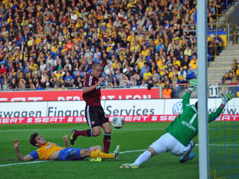 Der Nürnberger Hlousek stand am zweiten Pfosten goldrichtig und drückte nach Chandlers Flanke den Ball zum 1:0 für Nürnberg in die Maschen.
