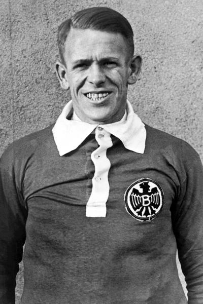 Vor seiner langen Trainerlaufbahn spielte Sepp Herberger in Mannheim beim SV Waldhof 07 und dem VfR sowie für TeBe Berlin. Zudem wurde der Mittelstürmer dreimal in die Nationalmannschaft berufen.