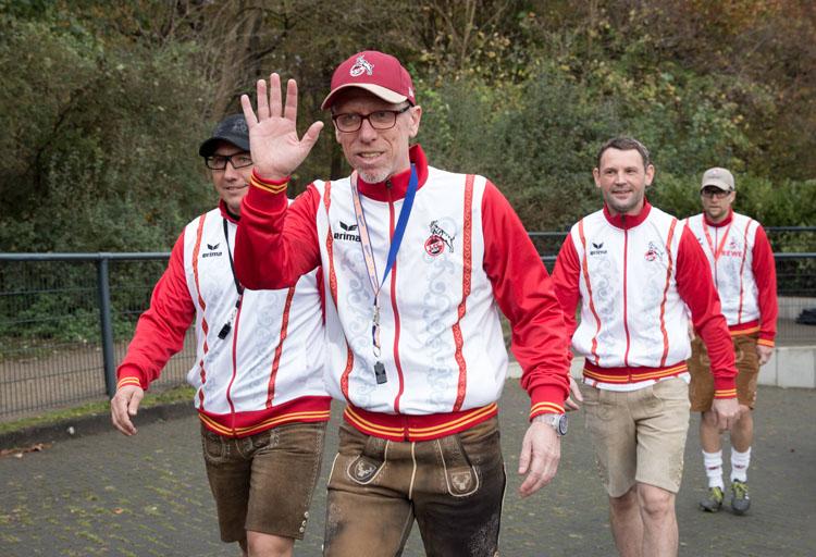 Am Dienstagvormittag, dem 11.11., trat das Kölner Trainerteam um Peter Stöger das Training zum Karnevalsauftakt in Lederhosen an. Weniger harmlos kamen die Spieler daher...