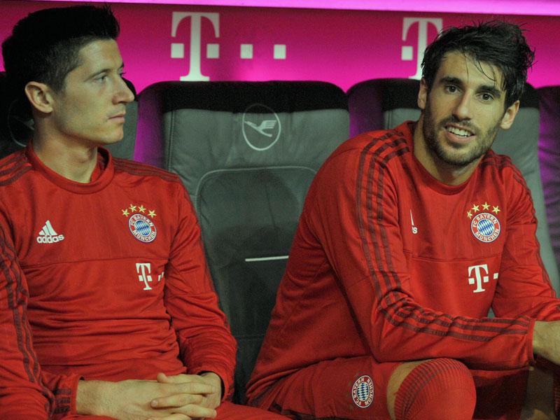 Der Abend, an dem Bundesliga-Geschichte geschrieben wurde, begann eigentlich nicht allzu glorreich. Robert Lewandowski (l.) saß an jenem 22. September 2015 auf der Bayern-Bank ...