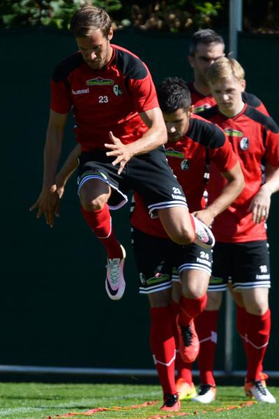 Freiburgs Trainer Streich lädt zur Gymnastik-Stunde