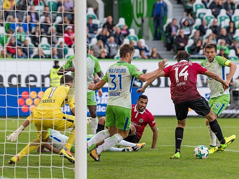 VfL Wolfsburg: Landry Dimata vergisst Hose vor Einwechslung