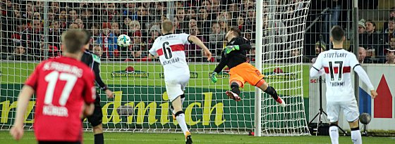 Ron-Robert-Zieler (2.v.re.)