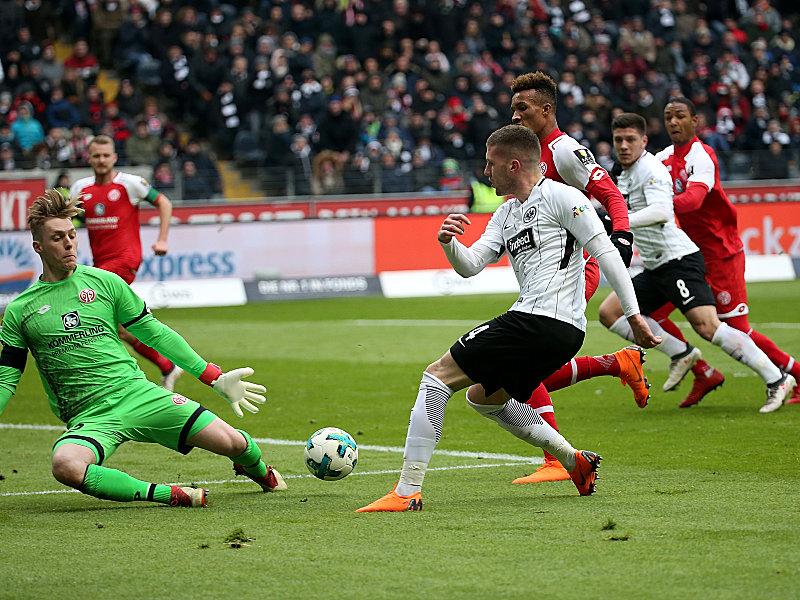 Florian Müller (li.), Ante Rebic (Mi.), Luka Jovic (2.v.re.)