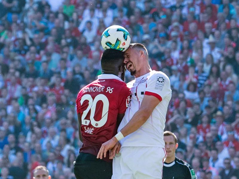 Schmerzhaft: Hannovers Salif Sané und Sandro Wagner (r) prallen mit den Köpfen zusammen.