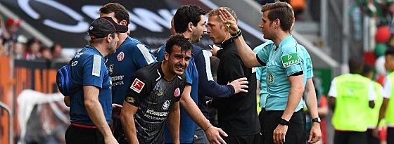 Aufregung: Nach dem 0:1 hatten die Mainzer Gesprächsbedarf.