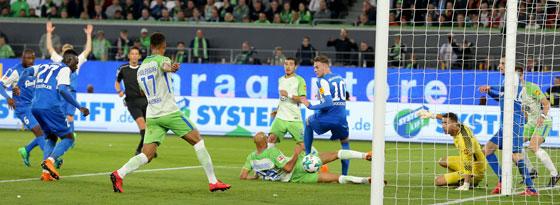 Kiels Kingsley Schindler (li.) erzielt das zwischenzeitliche 1:1