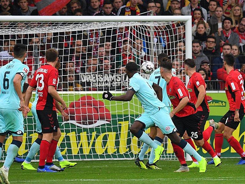 Köpfchen muss man haben: Mainz' Jean-Philippe Mateta (M.) trifft per Kopf zum 2:0.