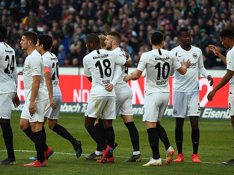 Umjubelt: Ante Rebic (Mi.) wird zu seinem 1:0 beglückwünscht.