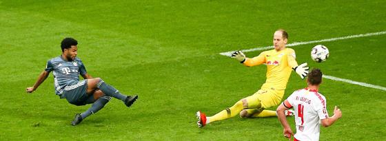 Serge Gnabry taucht vor Leipzigs Torwart Peter Gulacsi auf - bringt den Ball aber nicht im Tor unter.