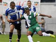 Wolfsburgs Marcelinho kommt hier nicht an Bielefelds Nkosi vorbei.