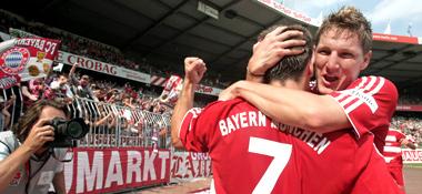 Bayern-Jubel: Schweinsteiger feiert mit Torschütze Ribery.
