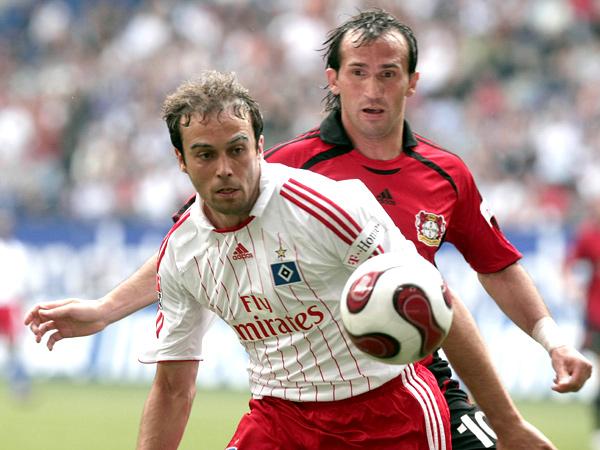 Abgeschrimt: Hamburgs Mathijsen war meist eher am Ball als Leverkusens Angreifer Gekas.