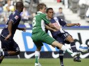 Daniel Baier muss sich gegen Lucio behaupten. Gilberto beobachtet die Aktion.