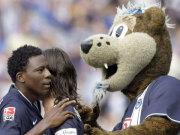 Okoronkwo feiert mit Pantelic und dem Hertha-Maskottchen.