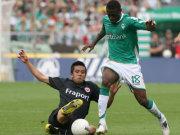 Bremens Sanogo behauptet den Ball gegen den grätschenden Inamoto (Frankfurt)