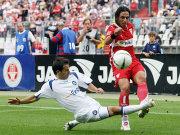 Hajnal steigt robust gegen VfB-Kapitän Meira ein.