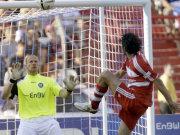 Luca Toni hebt den Ball über KSC-Keeper Miller zum 0:1 ins Netz